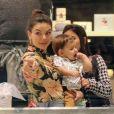Isis Valverde escolheu um look antenado com a trend floral para o passeio com Rael
