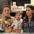 Filho de Isis Valverde e a atriz usam looks cheios de estilo em passeio