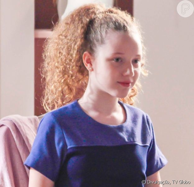 Ester (Manuela Kfouri) tem contato com o clubinho MaGaBeLo e consegue sair da casa de Pendleton (Dalton Vigh) na novela 'As Aventuras de Poliana'