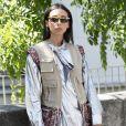 O colete bege com bolsos faz parte da moda safári, que voltou às passarelas e agora vem sendo aposta no street style