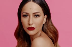 Seis meses longe da TV, Sabrina Sato volta como apresentadora do 'Domingo Show'
