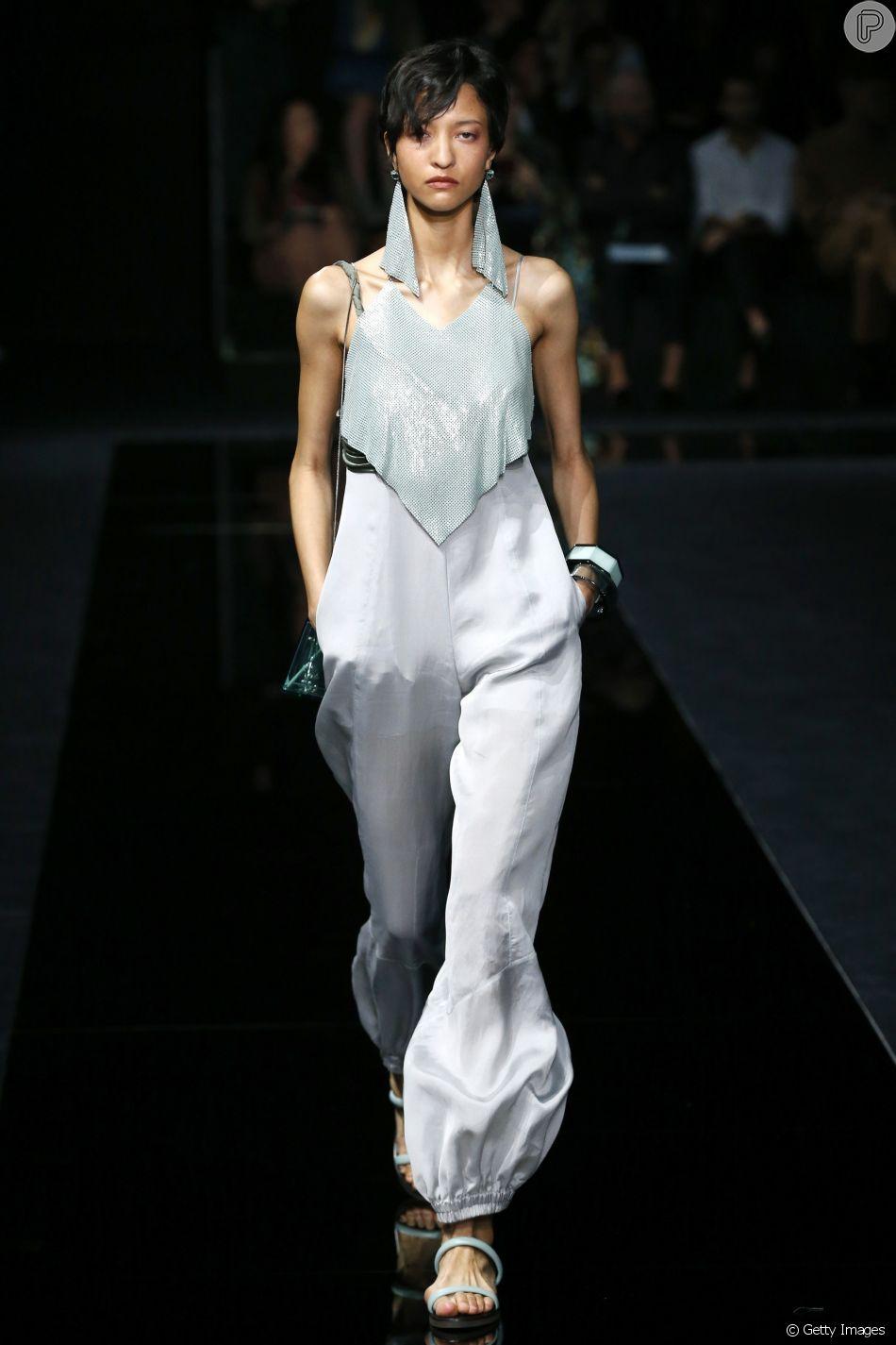 A Emporio Armani mostrou na Semana de Moda de Milão que o prateado está em alta para os looks de festa