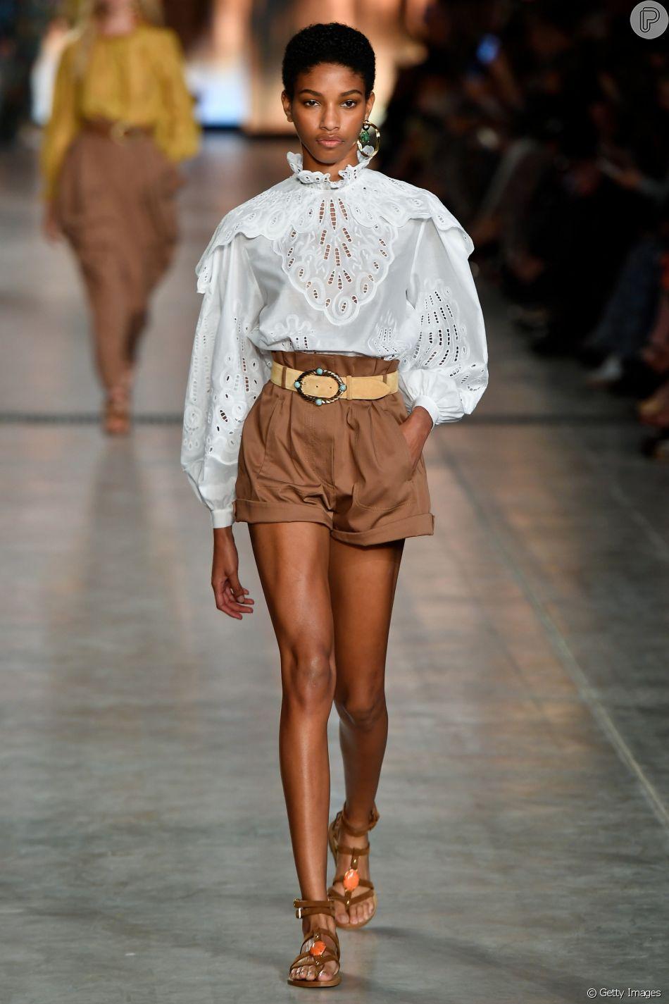 A blusa com mangas bufantes voltou a ser tendência e combina com um look romântico e boho para o fim de semana. Essa é da grife Alberta Ferretti, que desfilou em Milão
