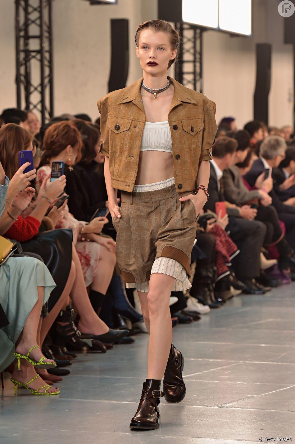 Se você procura um look despojado e moderno para o fim de semana, esse visual militar e estilo safári da Chloe, em Paris, pode te inspirar