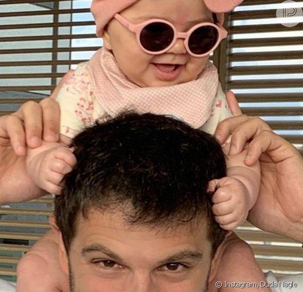 Duda Nagle se divertiu ao matar saudade da filha, Zoe, de 10 meses, após alguns dias de distância