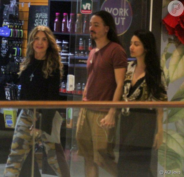Elba Ramalho é clicada em dia de compras e passeio em shopping com o filho e nora