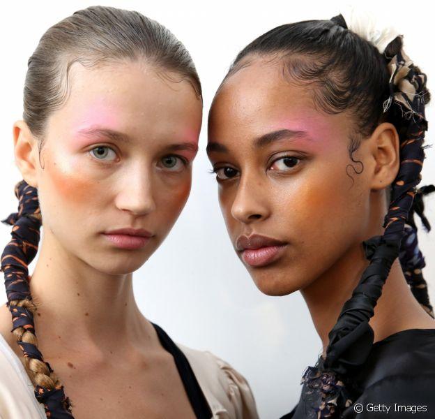 Penteado com lenço: acessório é queridinho das fashionistas e pode ser embutido na trança ou no rabo de cavalo