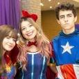 Sophia Valverde e o namorado, Lucas Burgatti, combinaram fantasia de heróis na festa de 14 anos da atriz