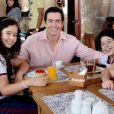Luciano (Felipe Folgosi) conta para os filhos que eles terão mais um irmãozinho na novela 'As Aventuras de Poliana'