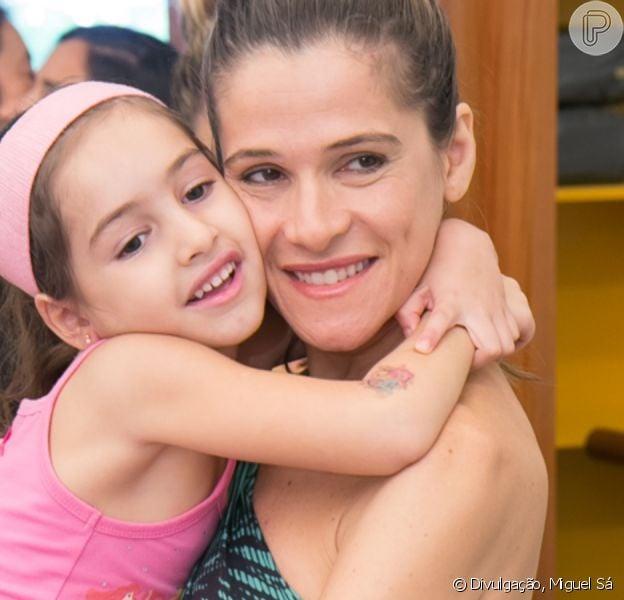 Ingrid Guimarães renova as luzes no cabelo e filha aposta em corte chanel em salão neste sábado, dia 26 de outubro de 2019