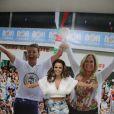 Viviane Araújo deixa barriga à mostra para entregar faixas de reis na coroação