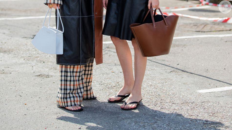 Sandálias rasteiras são must have de verão até no office look! Saiba como usar!