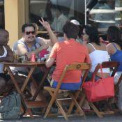 Tiago Abravanel acena para paparazzi durante almoço com amigos, no Rio