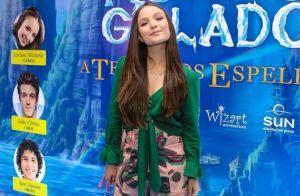 Larissa Manoela vai à pré-estreia de filme após cirurgia: 'Fugidinha do repouso'