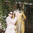 Bruna Marquezine segura no busto de  personagem do clássico de Shakespeare como superstição para trazer sorte no amor, na Itália, em novembro de 2019