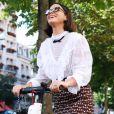 Bruna Marquezine anda de patinete em Paris em junho de 2019