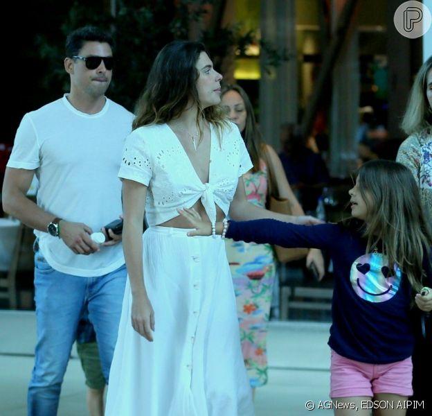 Cauã Reymond passeia com a filha, Sofia, e a mulher, Mariana Goldfarb, em shopping do Rio de Janeiro, em 1º de dezembro de 2019