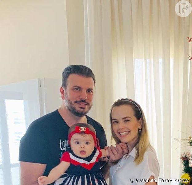 Filha de Thame Mariôto roubou a cena em foto com os pais ao lado da árvore de Natal: 'Estrelinha linda'