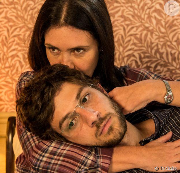Thelma (Adriana Esteves) dá tapa na cara de Danilo (Chay Suede) e logo se arrepende na novela 'Amor de Mãe'