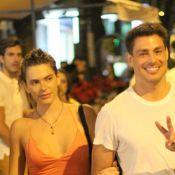 Cauã Reymond atende fãs e posa para fotos depois de jantar com Mariana Goldfarb