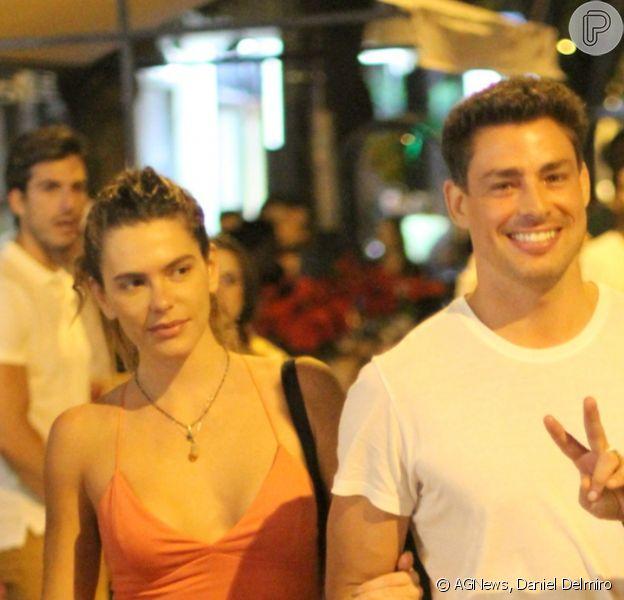 Cauã Reymond acenou para fotos e posou com fãs após jantar com a mulher, Mariana Goldfarb, neste sábado, 7 de dezembro de 2019