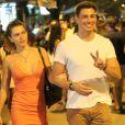 Cauã Reymond acenou para fotógrafo após jantar com a mulher, Mariana Goldfarb