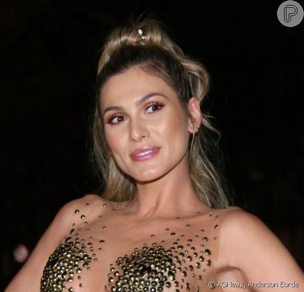 Lívia Andrade apostou em top com supertransparência e saia com franjas em ensaio de rua da Paraíso do Tuiuti para o carnaval 2020