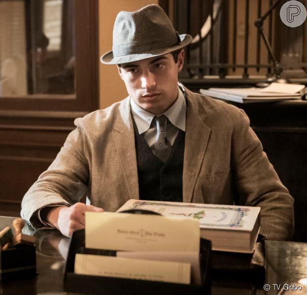 Carlos (Danilo Mesquita) vê Alfredo (Nicolas Prattes) conversando com Inês (Carol Macedo) e fica cego de ciúmes na novela 'Éramos Seis'