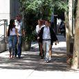 Sophie Charlotte e Jayme Matarazzo caminham pela capital paulista durante a gravação