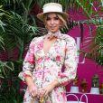 Moda no verão 2020: chapéu de palha é acessório tradicional da praia, mas funciona também com vestido floral no streetwear