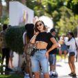 Moda no verão 2020: a bermuda jeans pode ser aliada ao top underboob, deixando o sutiã à mostra