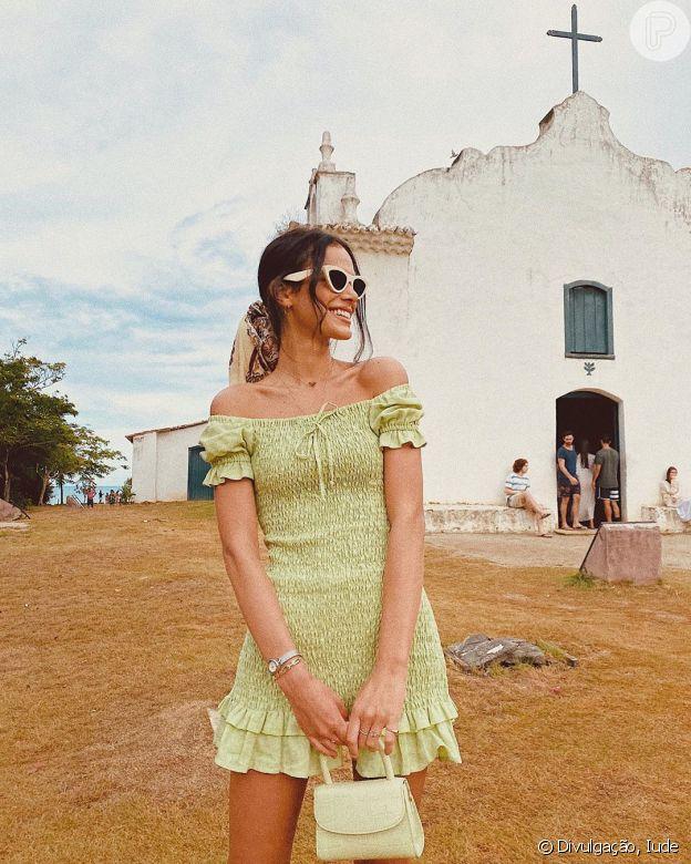 Lenço no cabelo é tendência e Bruna Marquezine apostou no acessório para prender o rabo de cavalo em passeio por Trancoso, na Bahia