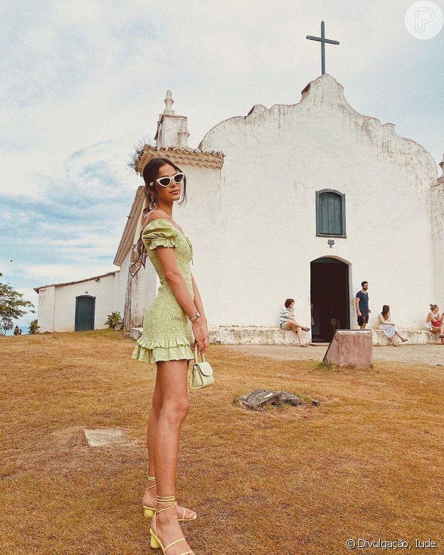 Em Trancoso, Bruna Marquezine apostou nas trends que já estão bombando no verão: óculos de sol modelo gatinho, vestido com mangas bufantes e sandália de tiras