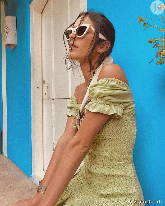 O óculos de sol modelo gatinho voltou à moda e foi aposta de Bruna Marquezine em sua viagem de Réveillon em Trancoso, na Bahia