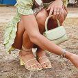 Bruna Marquezine apostou na sandália de tiras amarelas e salto bloco para um dos passeios por Trancoso, na Bahia