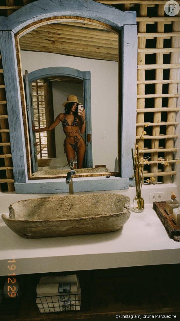 Chapéu de palha foi o acessório de beachwear indispensável por Bruna Marquezine durante sua viagem de Réveillon para Trancoso, na Bahia