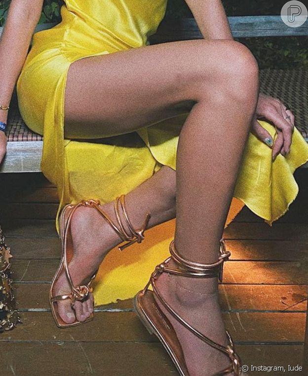 Sandália de tiras finas e bico quadrado é uma das trends que Bruna Marquezine apostou em sua viagem de Réveillon