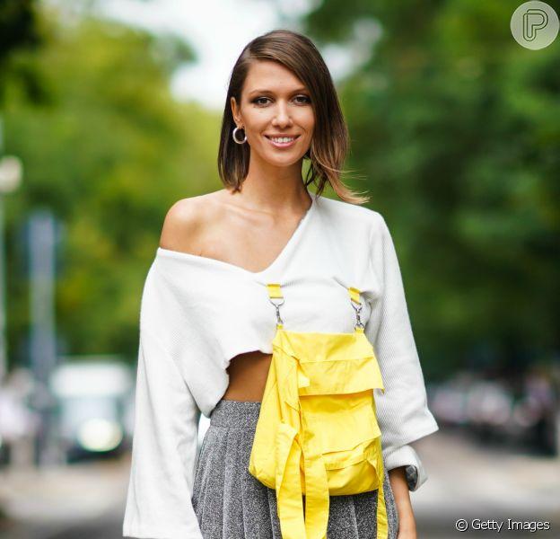 Top cropped na moda: 12 fotos de looks para usar a blusa curtinha durante todo o ano com saia midi, calça de alfaiataria e até vestido floral. Confira!