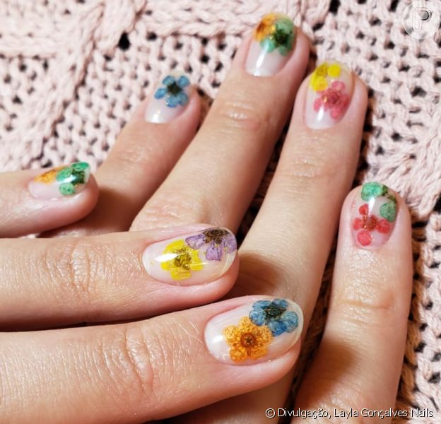 Unha de Bruna Marquezine: atriz apostou em flores encapsuladas em gel para nail art fashionista