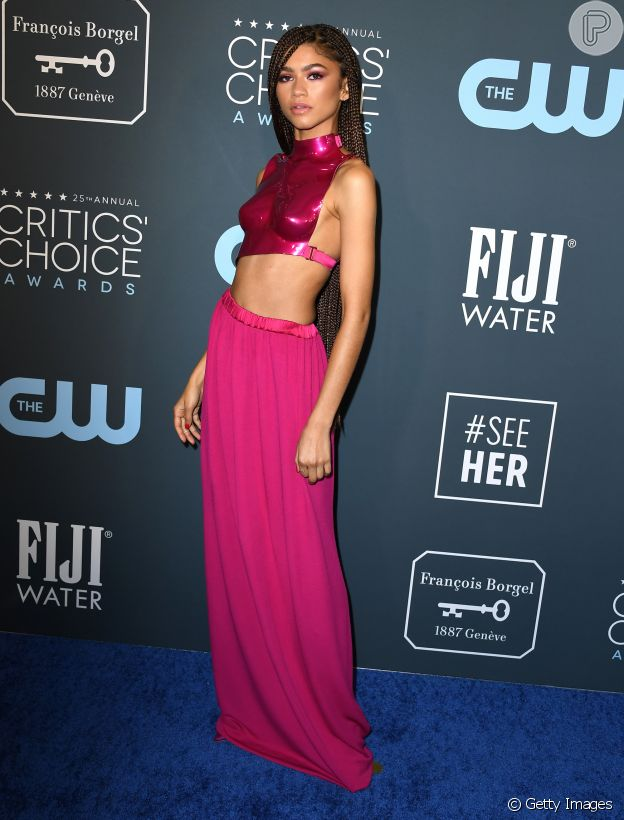 O look de cropped metálico e saia longa rosa de Zendaya chamou atenção no Critics' Choice Awards. O conjunto pink era do estilista Tom Ford