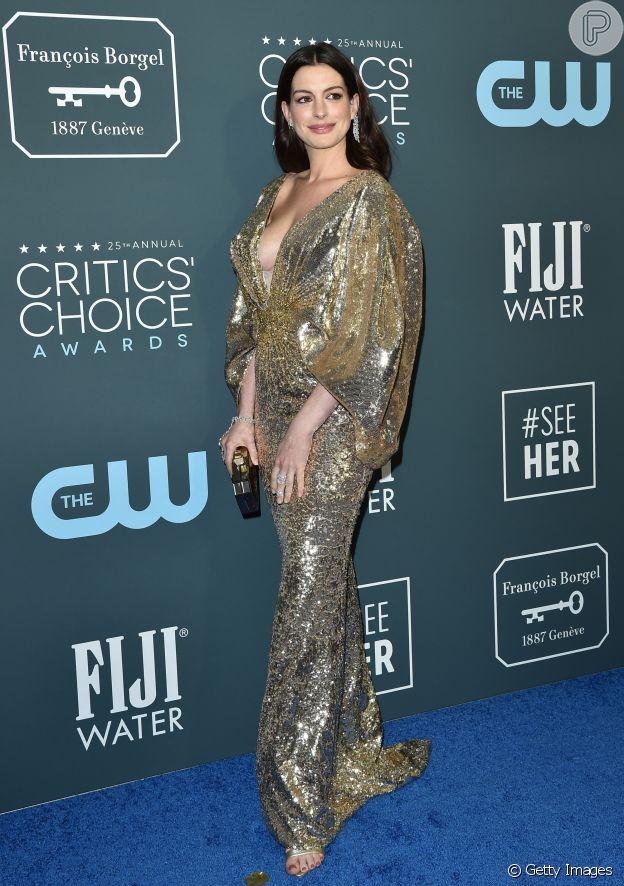 Anne Hathaway apostou no vestido longo com brilho dourado e prateado de Atelier Versace
