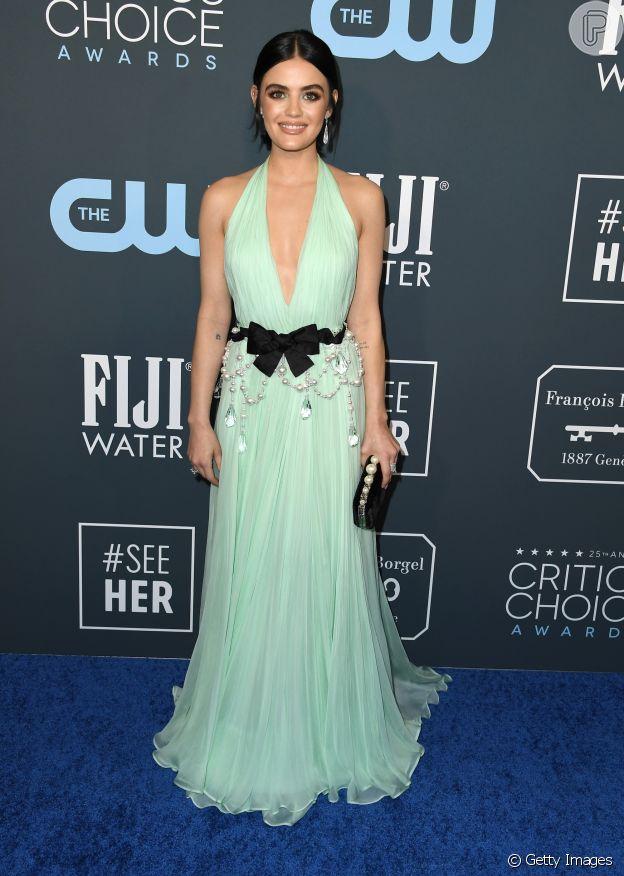 A atriz Lucy Hale apostou no vestido romântico em tom de verde pastel e aplicação de pérolas e cristais da grife de Miu Miu, para o look do Critics' Choice Awards 2020