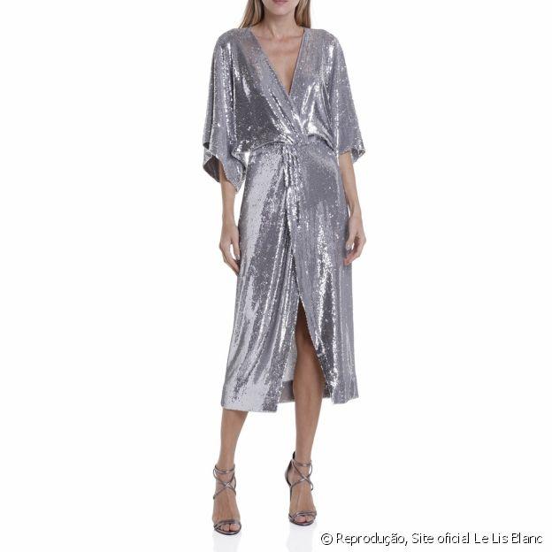 Vestido Le Lis Blanc prata é super chic para arrasar em um evento especial
