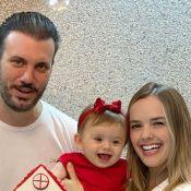 Filha de Thaeme, Liz esbanja sorrisos ao ganhar festa dos pais: 'Feliz 9 meses!'