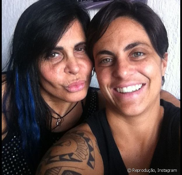 Thammy Miranda posta foto com a mãe, Gretchen, em 25 de fevereiro de 2013: 'Olha quem chegou para eu pegar um colinho! Que saudade que eu estava de você! Te amo, mãe...'