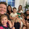 Michel Teló e Thais Fersoza reencontraram amigos nas férias com os filhos curtindo férias em Orlando
