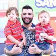 Gusttavo Lima explicou que não leva os filhos em suas viagens de trabalho por eles ainda serem muito novos