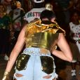 Juju Salimeni apostou em um jeans destroyed para ensaio de carnaval da X-9 Paulistana