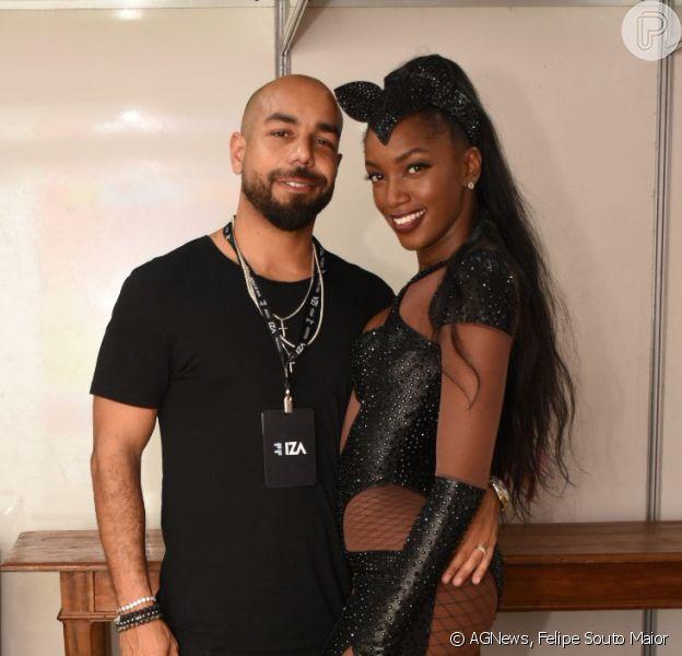 Iza posa com o marido, Sérgio Santos, após show em Recife em 24 de fevereiro de 2020.