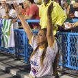 Lexa foi prestigiada pela mãe em seu primeiro desfile como rainha de bateria da Unidos da Tijuca